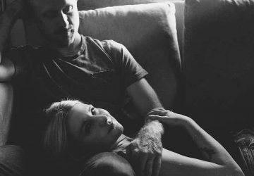 Eine Frau liegt auf dem Schoß eines Mannes