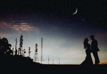 Silhouette eines liebenden Paares unter Sternenhimmel