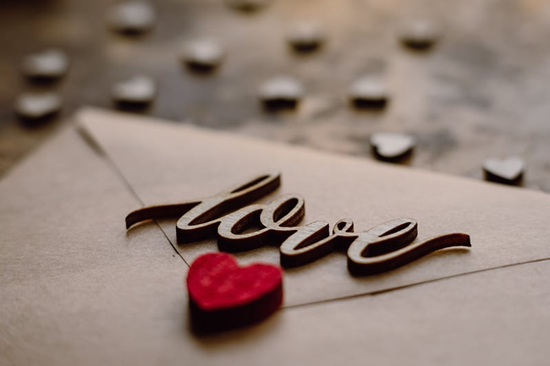 Brief mit Holzwort Liebe und rotes Herz