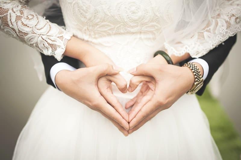 Das Ehepaar hält sich an den Händen