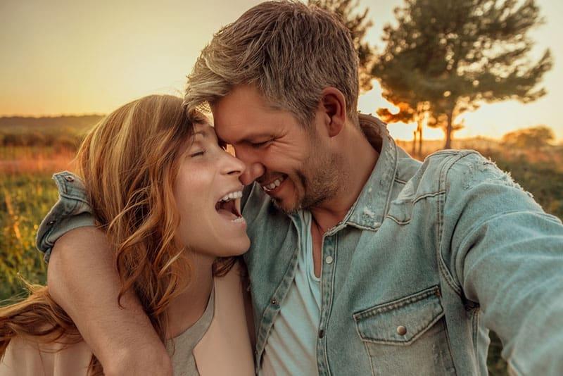 glückliches und umarmendes liebendes Paar