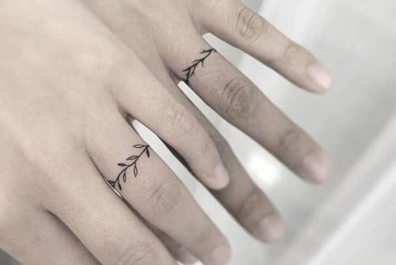 Eheringe Tattoo auf den Fingern