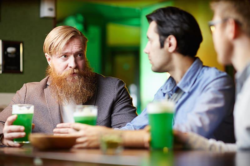 Ein Mann, der mit seinen Freunden an der Bar spricht