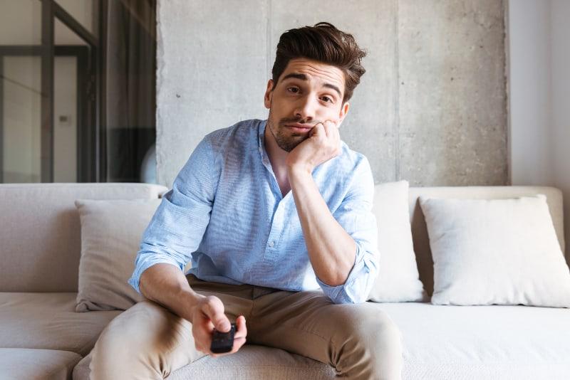 Ein Mann, der sich zu Hause langweilt