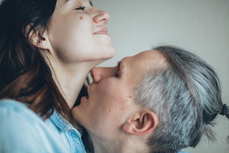Ein Mann küsst den Hals einer Frau während der Intimität