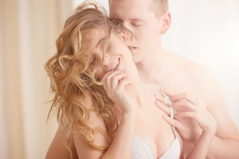 Ein-Mann-liebt-und-streichelt-leidenschaftlich-seine-Frau
