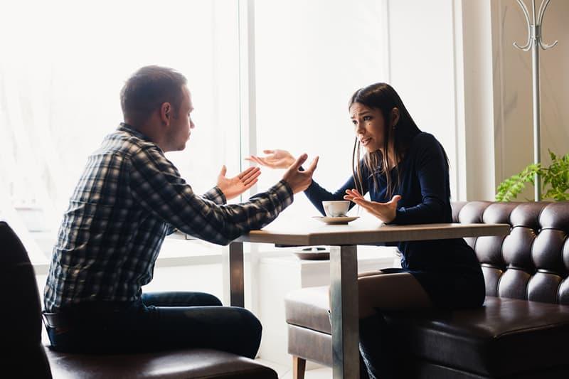 Ein Mann und eine Frau haben eine Meinungsverschiedenheit im Restaurant