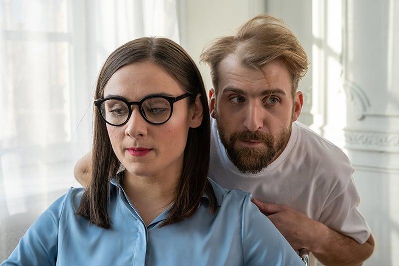 Ein Mann und eine Frau spielen romantische Schnitzeljagd in ihrem Haus
