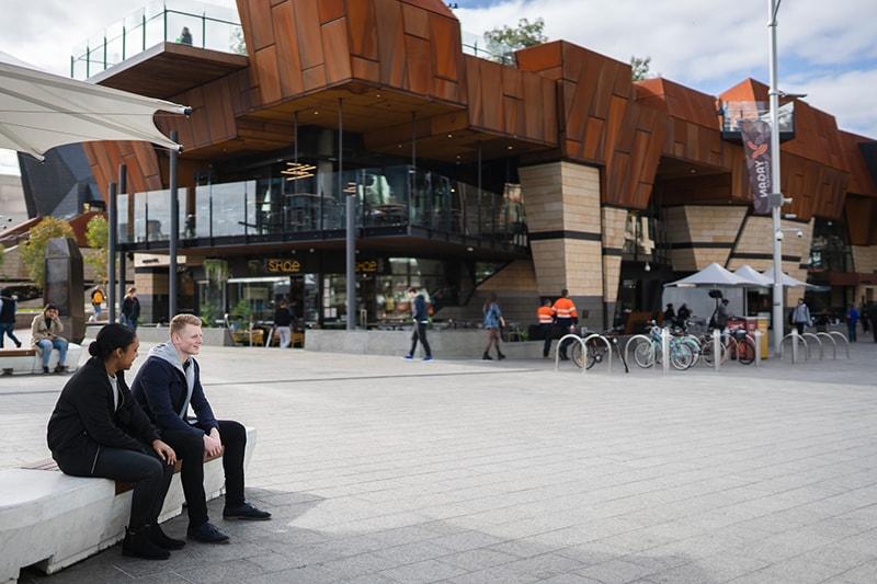 Ein Mann und eine Frau treffen sich auf dem Platz in der Nähe des Brunnens