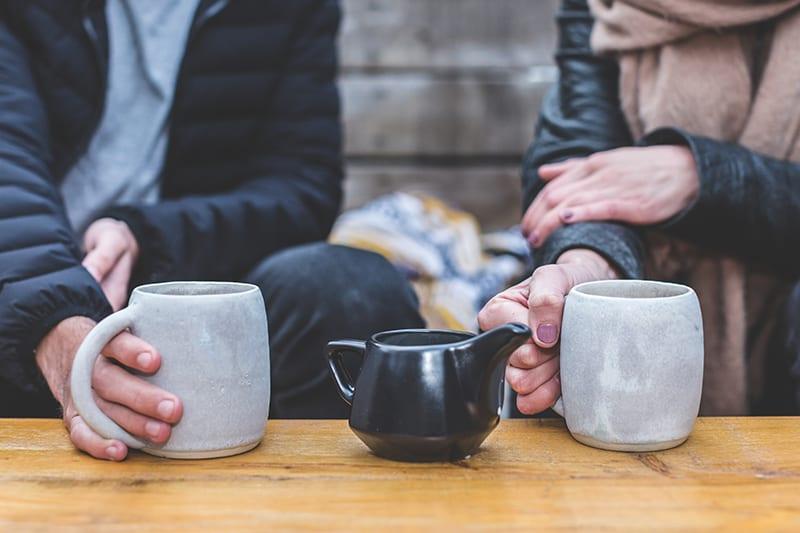Ein Mann und eine Frau trinken Tee während eines Dates