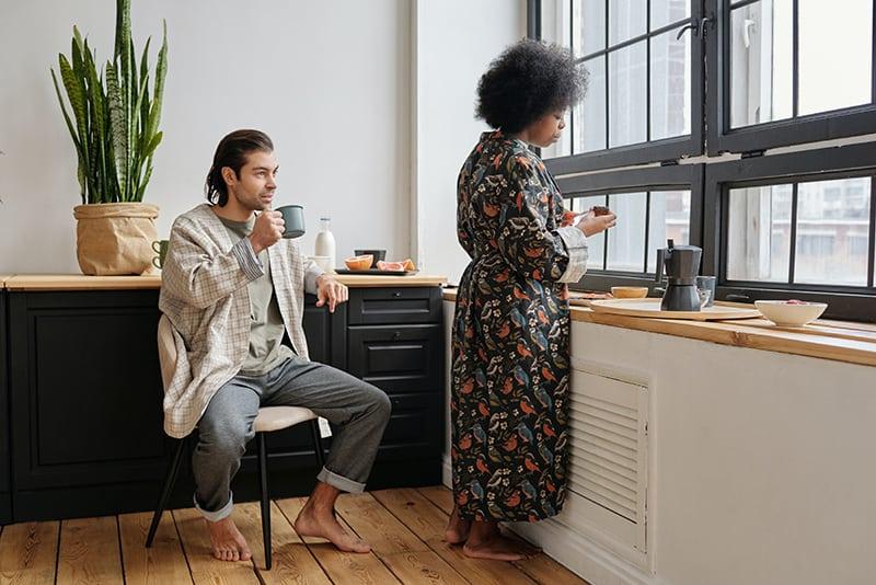 Ein Mann und eine Frau unterhalten sich beim Frühstück zu Hause