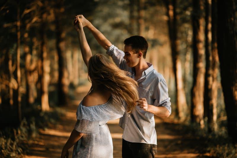 Ein Paar tanzt in der Mitte eines Baumes