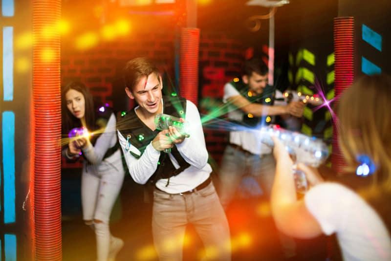 Ein Typ, der mit Freunden Lasertag spielt