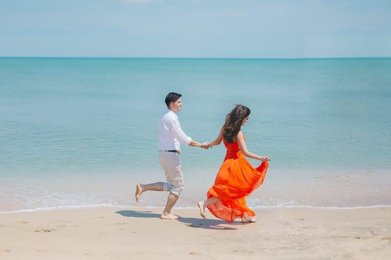 Ein liebendes Paar rennt die Küste entlang