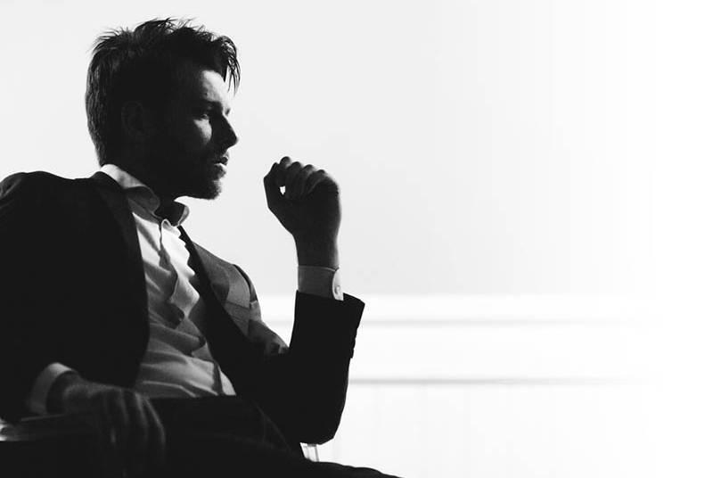 Ein nachdenklicher Mann auf der Station sitzt