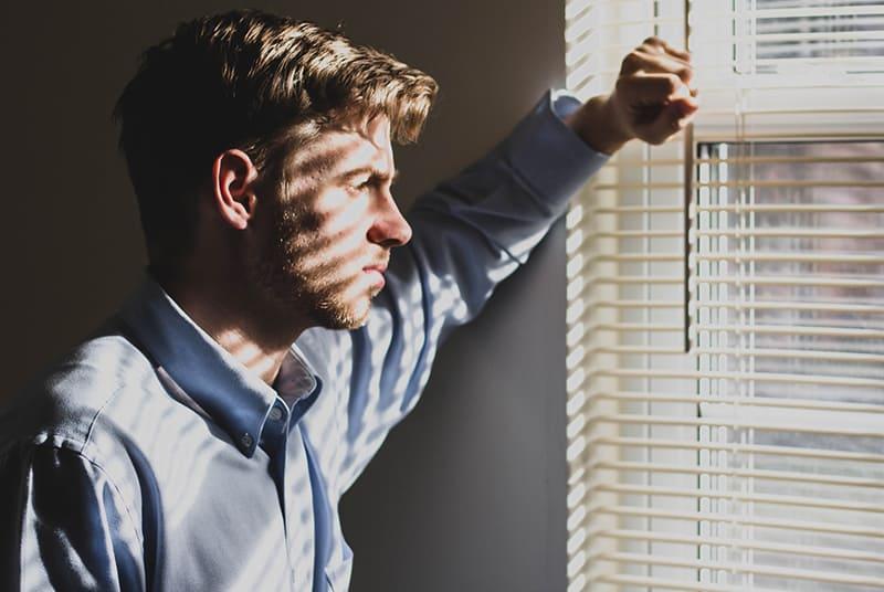 Ein nachdenklicher Mann stand am Fenster und schaute nach draußen