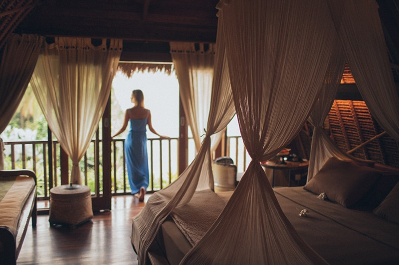 Eine Frau, die sich auf den Handlauf stützt, beobachtet die Umgebung im Urlaub