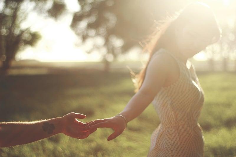 Eine Frau lässt die Hand eines Mannes und geht