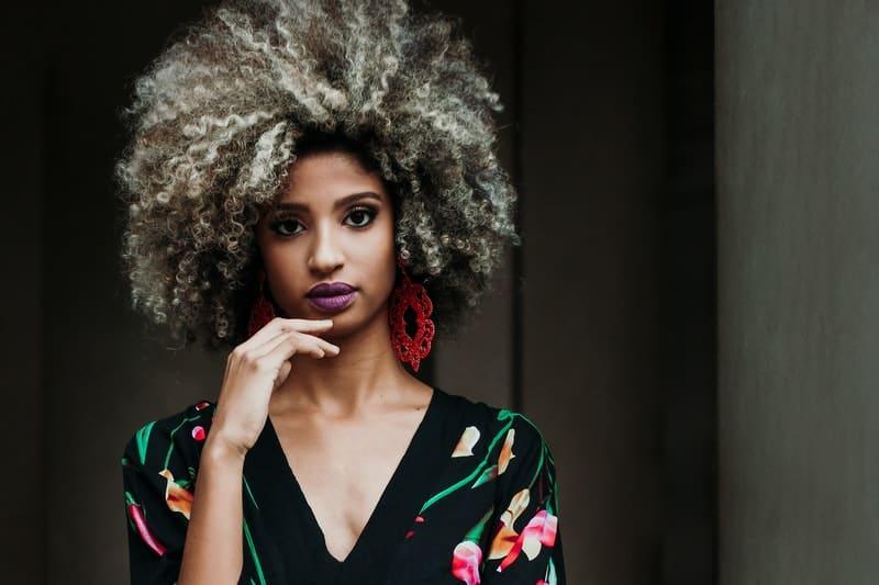 Eine Frau mit lockigem Haar denkt nach