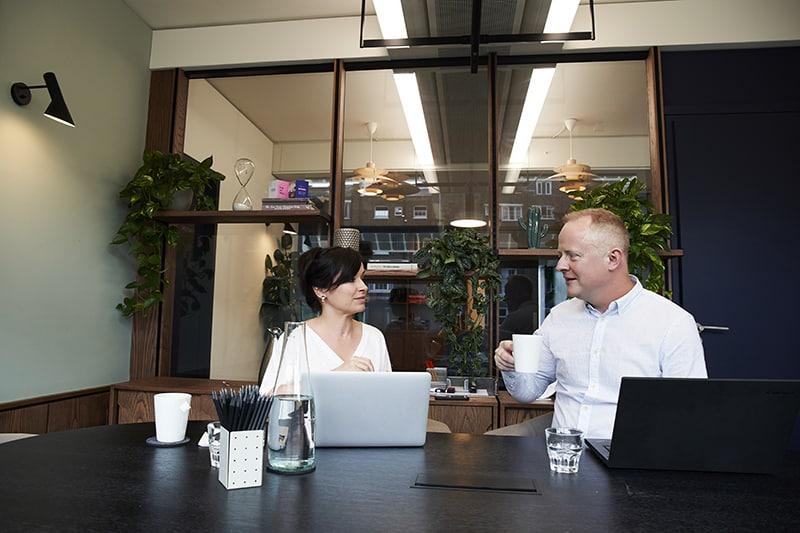Eine Frau sieht einen Mann mit Vorurteilen beim Treffen an