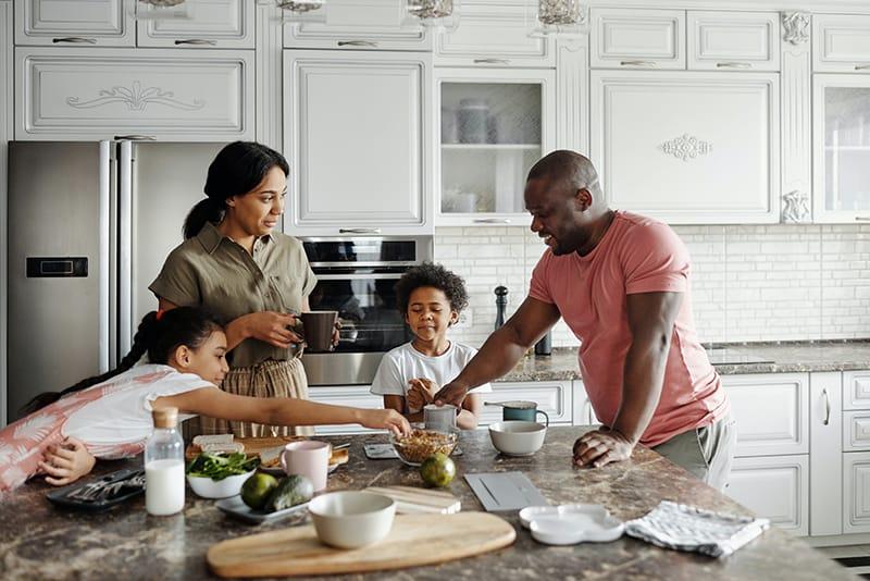 eine Familie, die in der Küche frühstückt