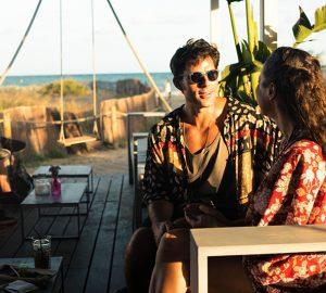 Mann und Frau flirten beim Sitzen auf der Bank