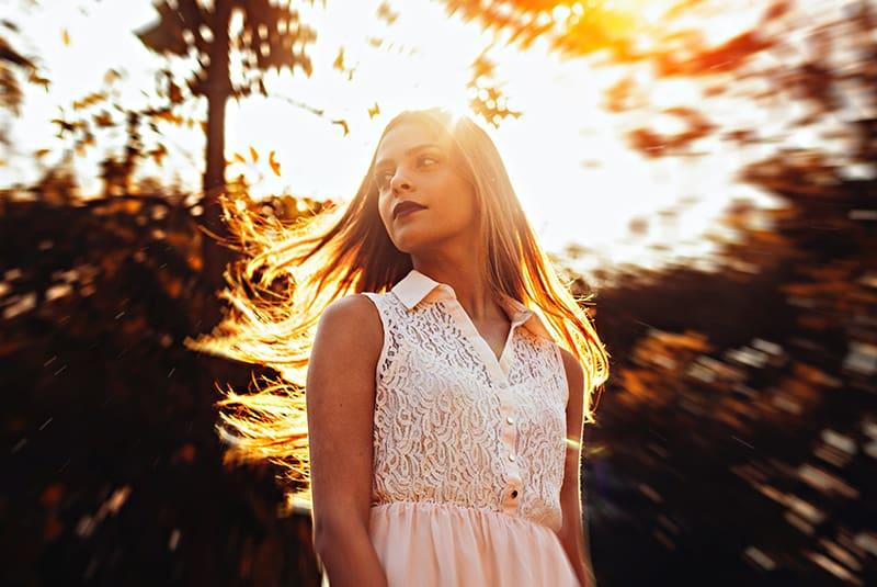Frau im weißen Kleid seitwärts schauen