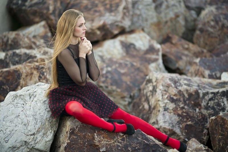 Frau in roten Nylons