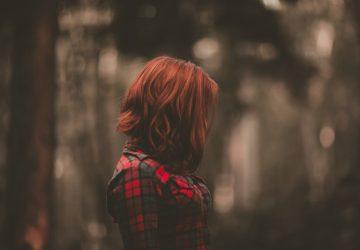 Profil eines rothaarigen Mädchens