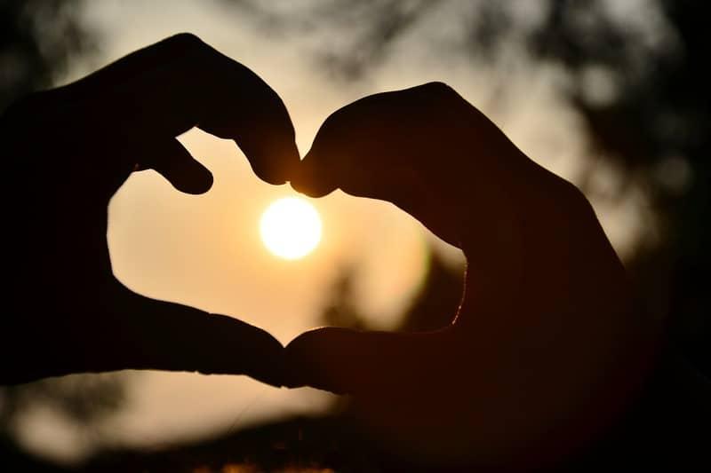 Hände bilden eine Herzform