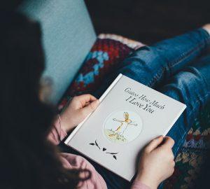 Frau hält ein Buch mit Ich liebe dich Titel
