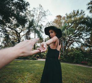 Person greift nach der Hand der Frau
