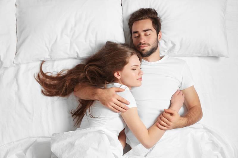 Junges süßes Paar zusammen im Bett