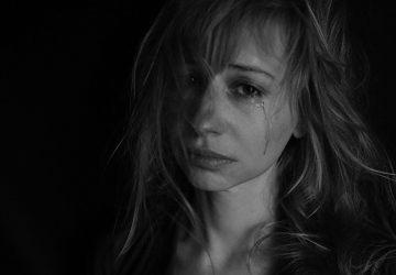 weinende Frau im emotionalen Chaos