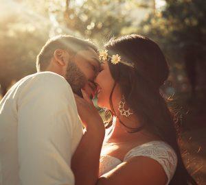 verliebtes Paar kurz vor dem Kuss