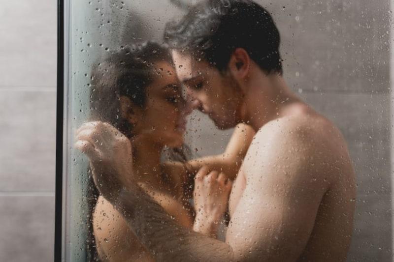 Liebespaar-beim-Sex-unter-der-Dusche