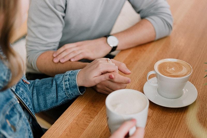 Liebespaar, das ein Date hat, das Kaffee trinkt