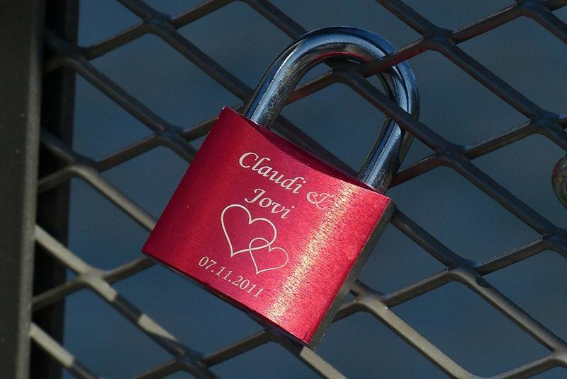 Lovelock mit einer Gravur auf dem Zaun