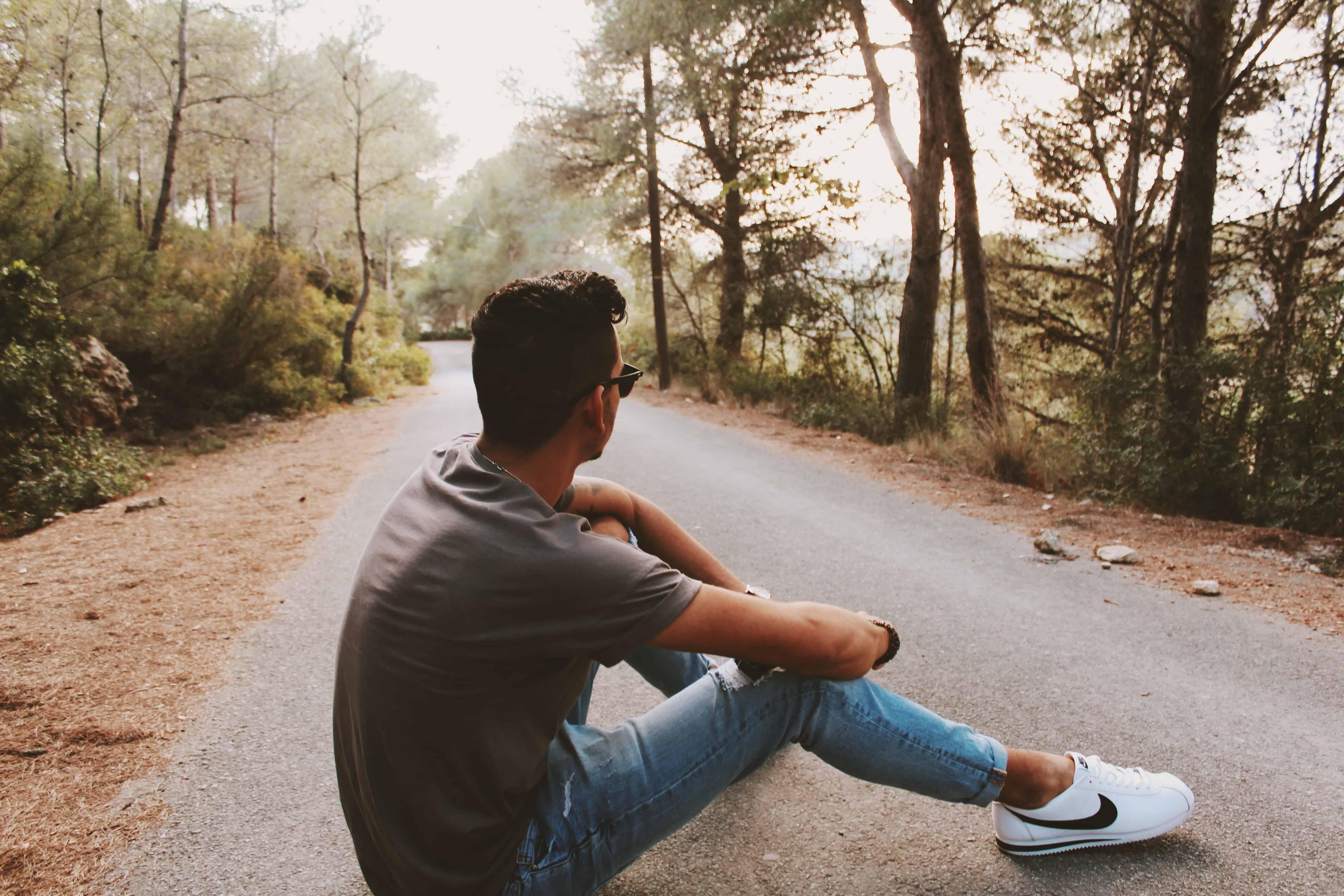Mann sitzt alleine unterwegs
