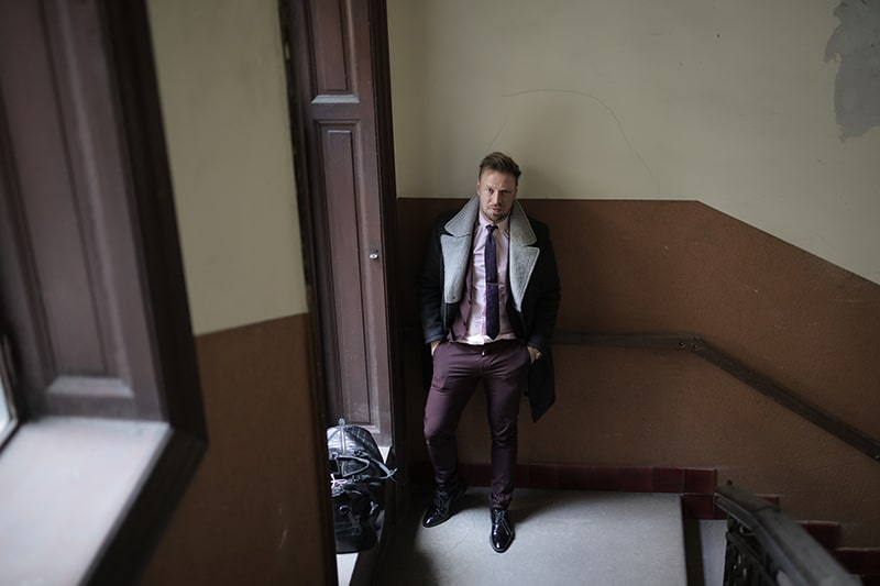 Mann steht in der Nähe der Tür im Gebäude