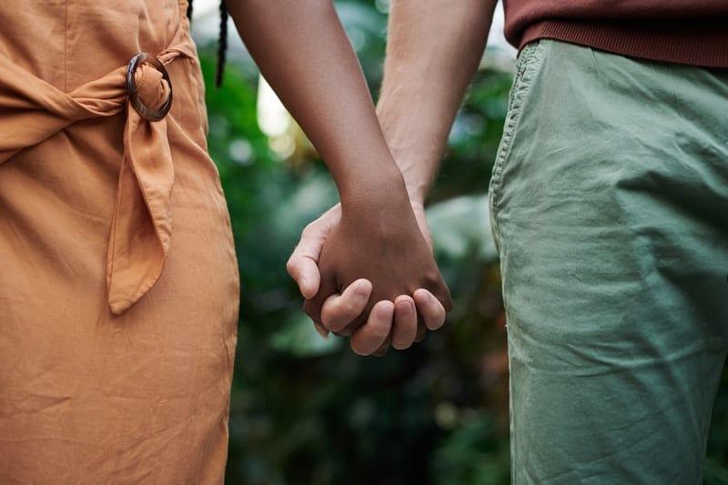 Mann und Frau halten Hände