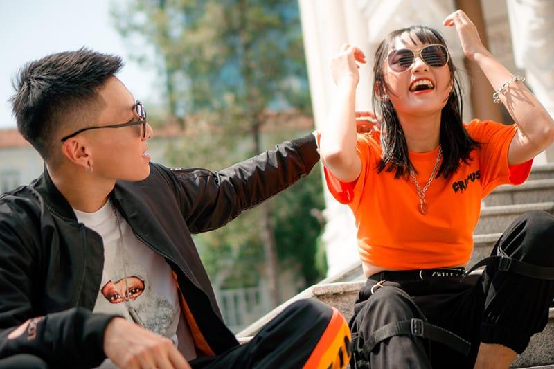 Mann und Frau sitzen auf der Treppe während des Datums