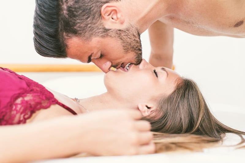 Paar Küsse in umgekehrter Position im intimen Moment