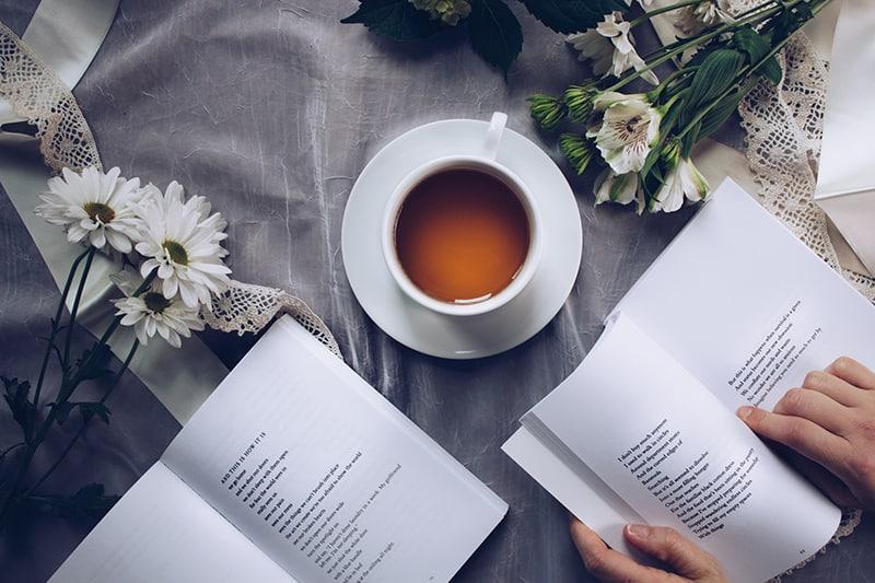 Person lesen Liebesgedicht aus dem Buch