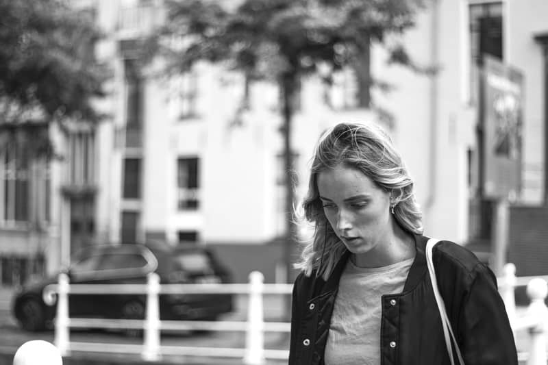 Schwarzweiss-Bild der traurigen Frau