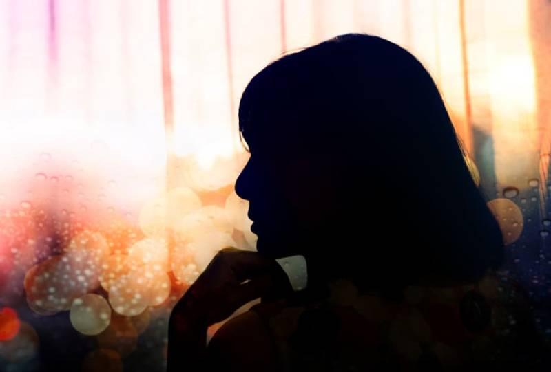 Silhouette einer nachdenklichen Frau