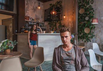 Ein Mann sitzt getrennt von einer Frau