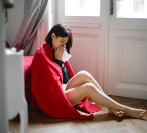 missbrauchte Frau weint, während sie auf dem Boden sitzt