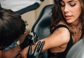 Mädchen bekommt ein kleines Tattoo