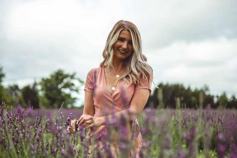 blonde Frau in der Mitte des lila Blumenfeldes